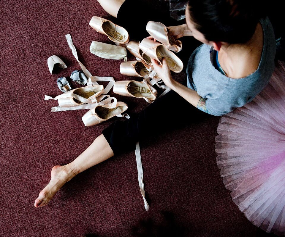 ballerinas-stretching-barre-listings